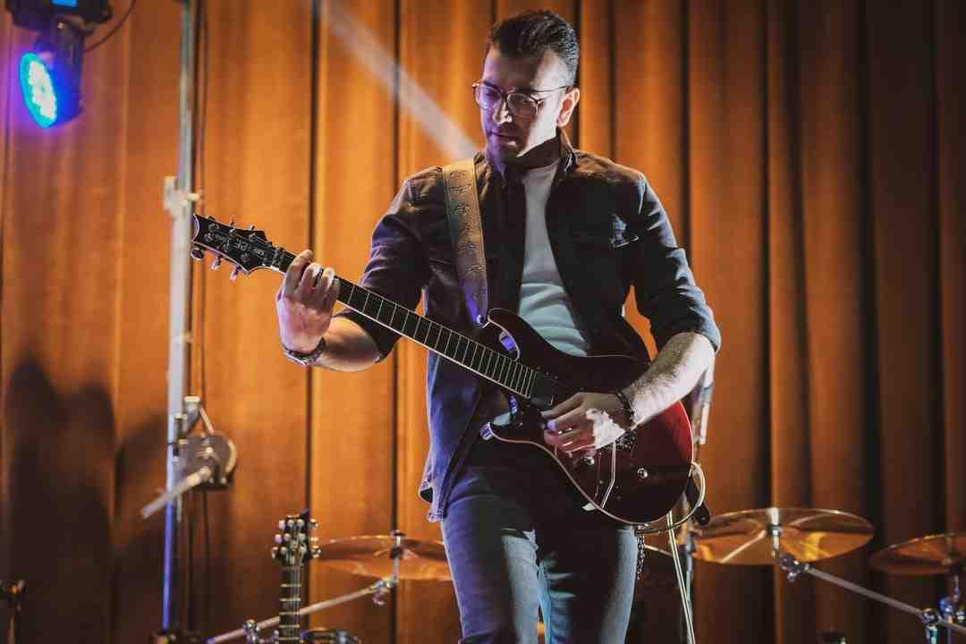 Comment changer des cordes de guitare acoustique