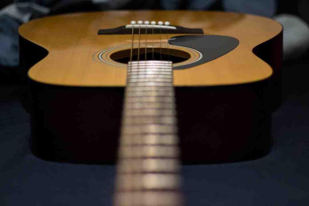 Comment changer une corde de guitare acoustique?