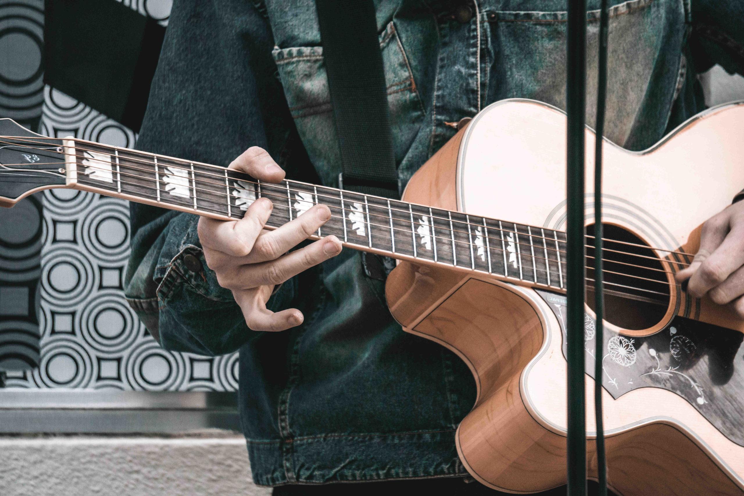 Comment choisir sa guitare folk