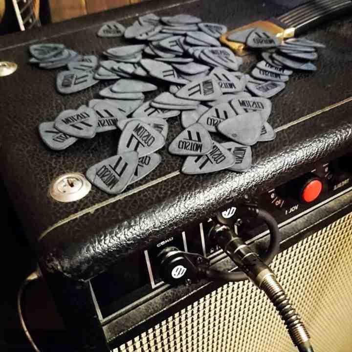 Comment gratter guitare avec mediator