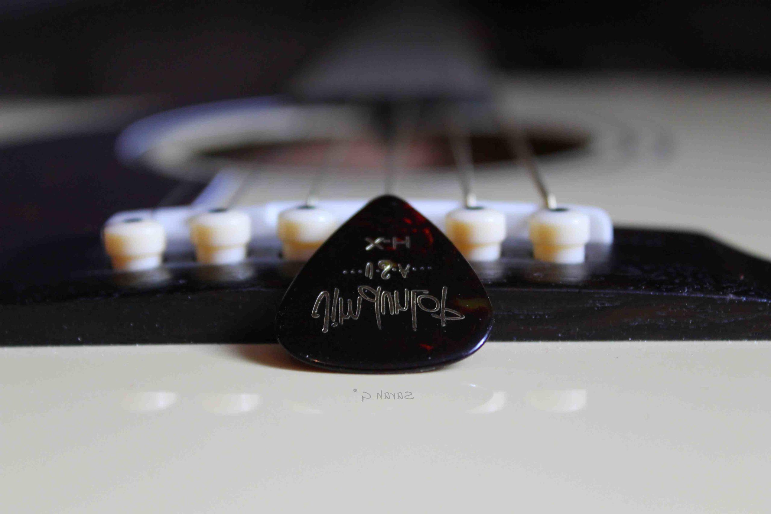 Quel est le nom du nom du truc de guitare strumming?