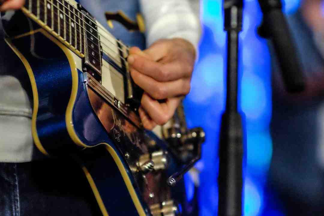 Quelle position pour jouer de la guitare ?