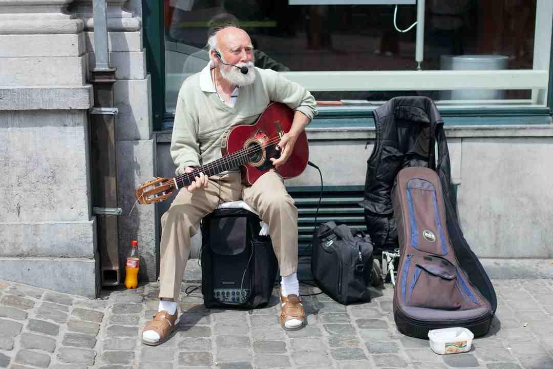 Comment jouer de la guitare debout ?