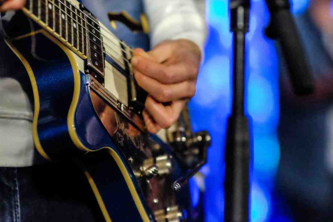 Comment tenir le manche de la guitare ?